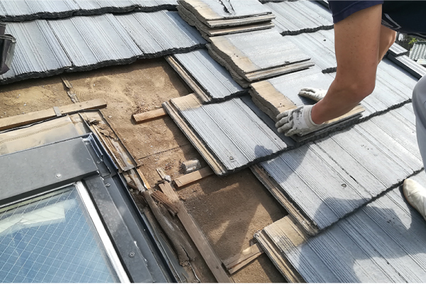 天窓の取り外しを行うために周辺のモニエル瓦を撤去