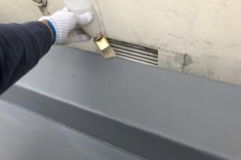 塩ビシートを通気シートの上に敷設し、溶着材を塗布