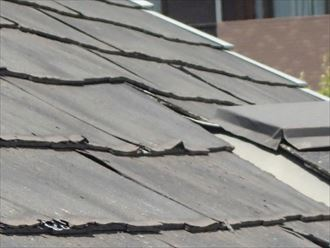 崩れているパミール屋根材