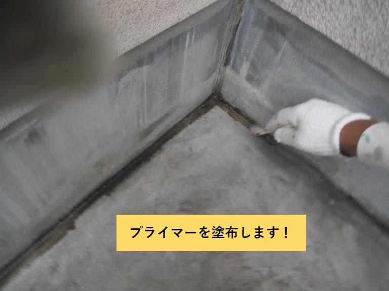 和泉市のベランダの壁との取り合いにプライマーを塗布