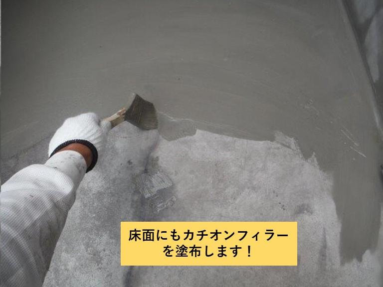 和泉市のベランダの床面にもカチオンフィラーを塗布します