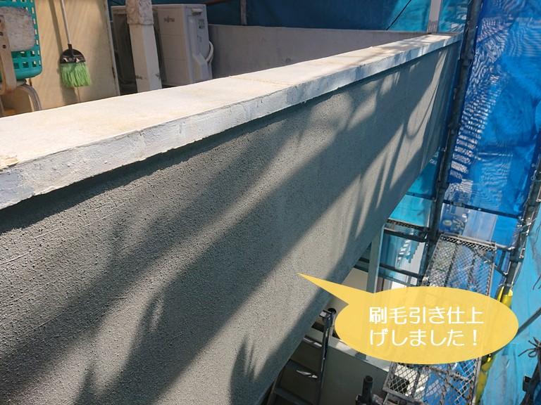 和泉市の外壁に塗ったモルタルを刷毛引き仕上げ