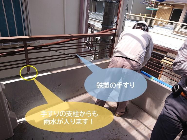 和泉市の鉄製の手すりの支柱からも雨水が入ります