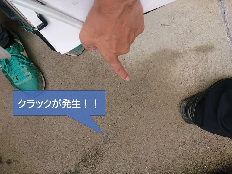 岸和田市のベランダにクラックが発生