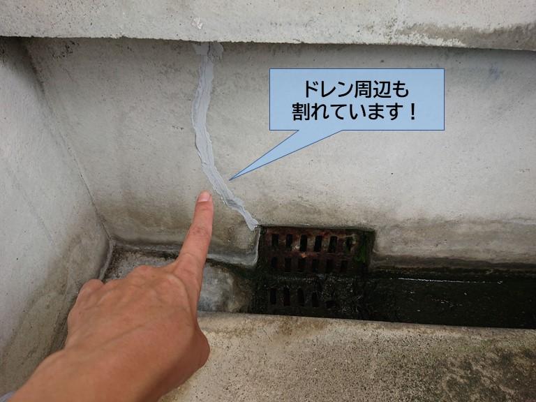 岸和田市のベランダのドレン周辺も割れています