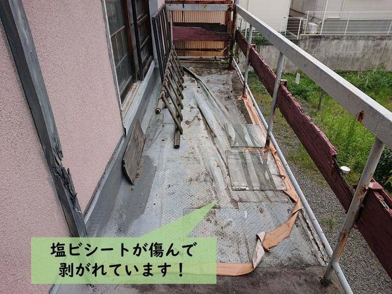 岸和田市のベランダの塩ビシートが傷んで剥がれています