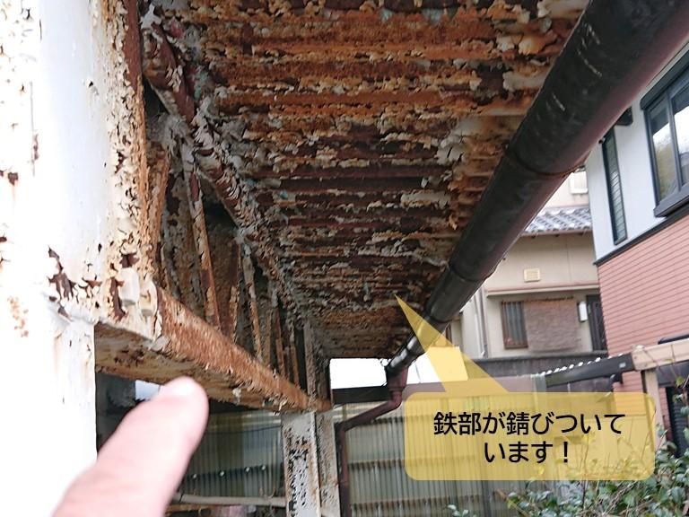岸和田市のベランダの鉄部が錆びついています
