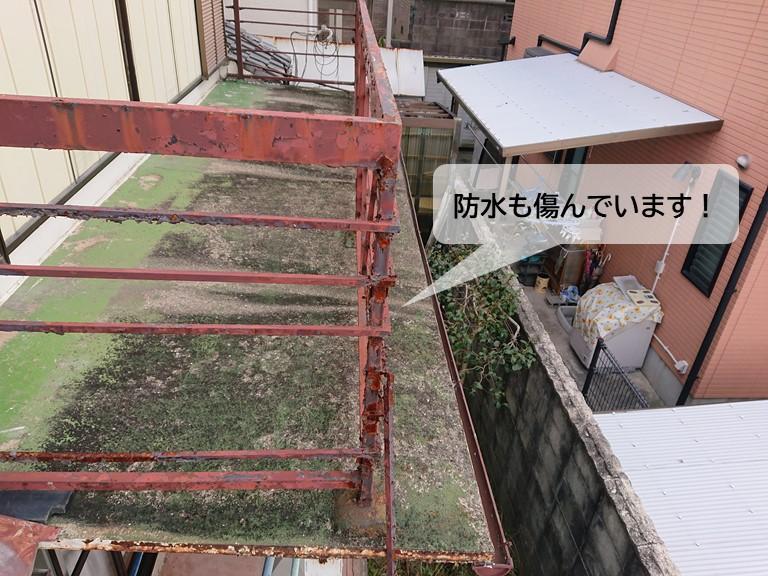 岸和田市のベランダの防水も傷んでいます