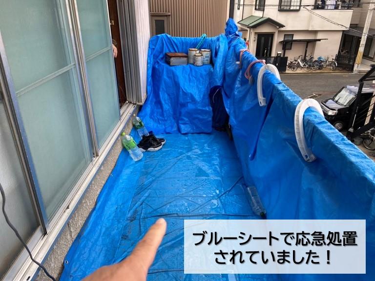 岸和田市のベランダをブルーシートで応急処置