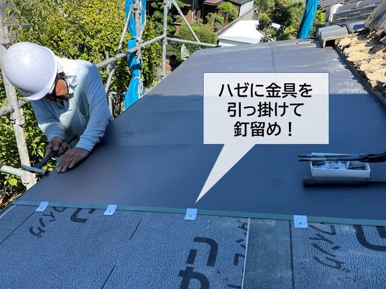 岸和田市の下屋の葺き替えで次世代ガルバリムSGLを縦ハゼ葺き!
