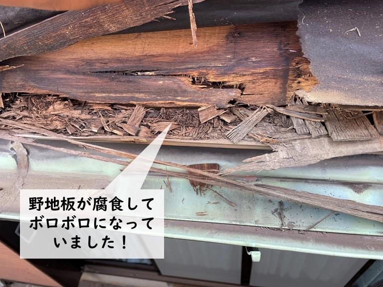 岸和田市の下屋の野地板が腐食してボロボロになっていました