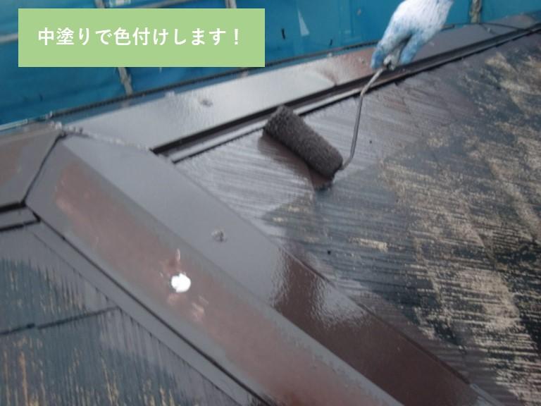 岸和田市の屋根を中塗りして色付け