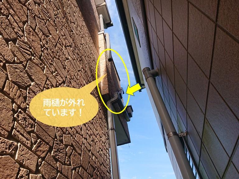 岸和田市の雨樋が外れています