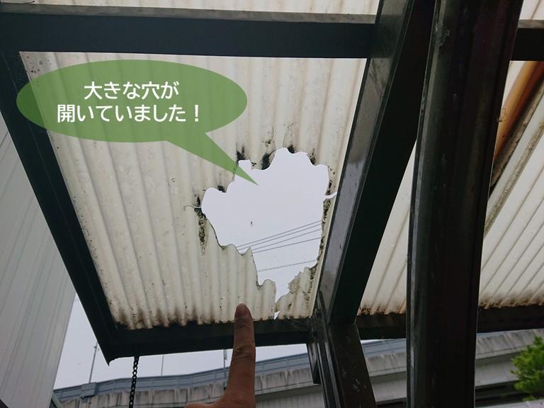 忠岡町のカーポートの波板に大きな穴が開いていました