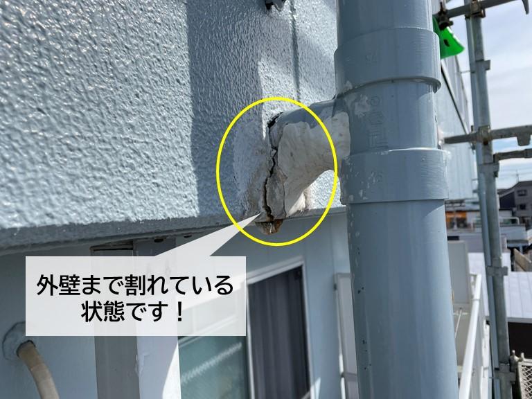 忠岡町のマンションの外壁が割れています