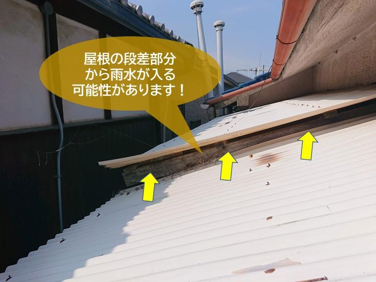 忠岡町の波板屋根の段差から雨水が入る可能性があります