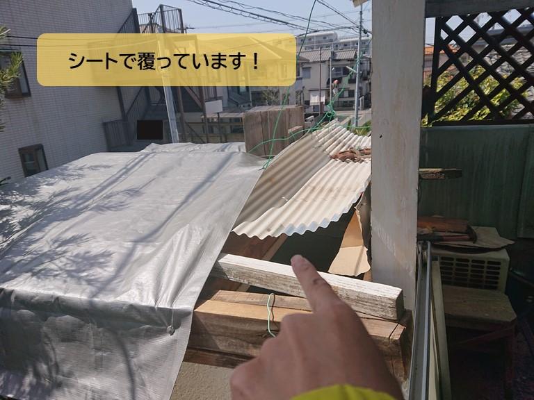 泉南市の陸屋根をシートで覆っています
