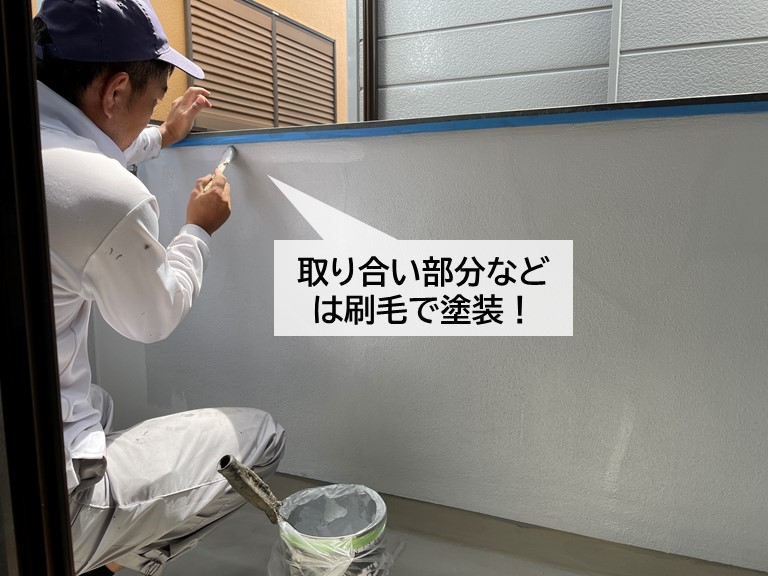 泉大津市のベランダの手すり壁の細かい部分などは刷毛で塗装