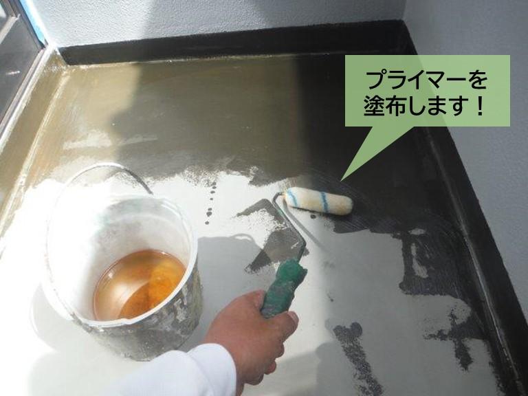 泉大津市のベランダ防水でプライマーを塗布