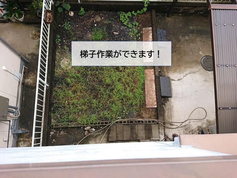 貝塚市のポリカ張替えの梯子作業