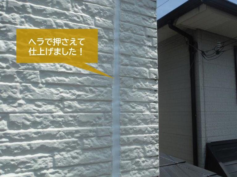貝塚市の外壁の目地に充填したシーリングをヘラで押さえました