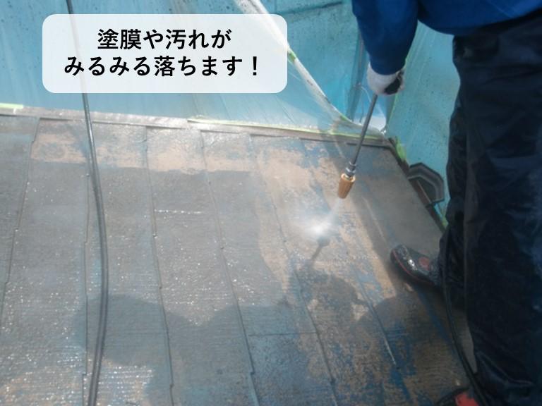 貝塚市の屋根の塗膜や汚れがみるみる落ちます