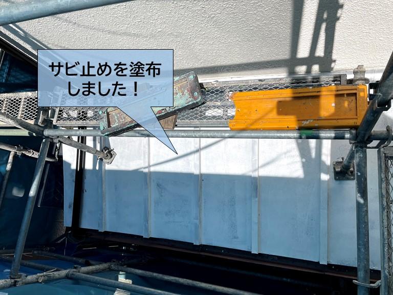 貝塚市の板金屋根のサビ止めを塗布