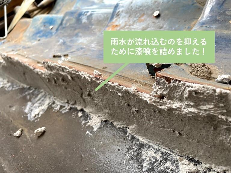 貝塚市の雨樋から雨水が溢れるのを抑えるために漆喰を詰めました