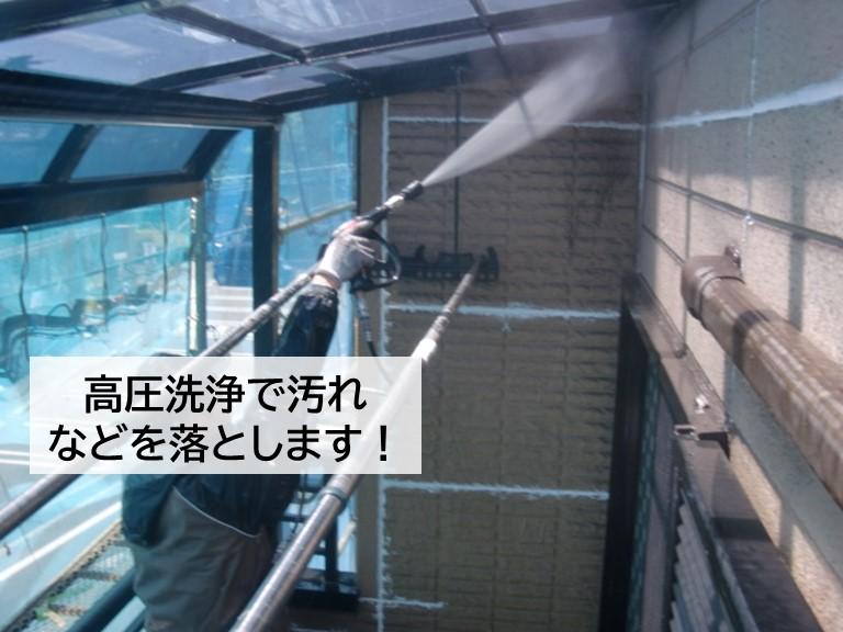 高石市の外壁に付いた汚れなどを高圧洗浄で落とします