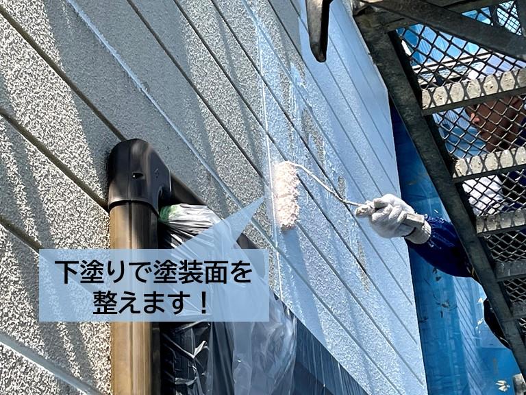 高石市の外壁を下塗りして塗装面を整えます