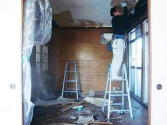 岸和田市小松里町の採光窓設置工事で解体作業