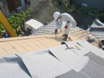岸和田市土生町の既存の軒天井板撤去中