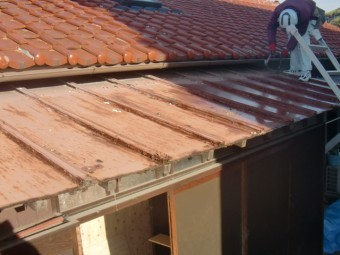 岸和田市西之内町の錆びた屋根のカラー鋼板
