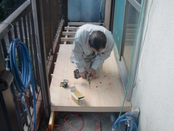 岸和田市土生町の物干し場の床下地設置