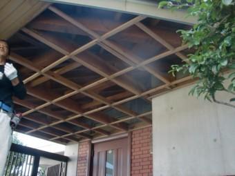 岸和田市土生町の既存の玄関庇の天井板撤去