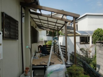 岸和田市西之内町でテラス屋根延長中