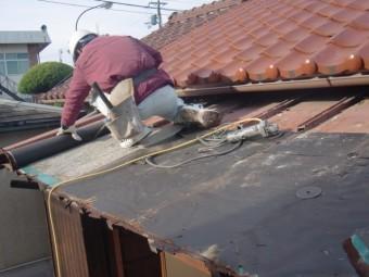 岸和田市西之内町の屋根の防水シート撤去中
