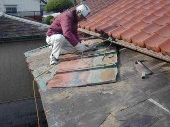 岸和田市西之内町のカラー鋼板屋根撤去中