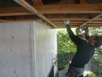 岸和田市土生町の玄関庇の天井の下地補強