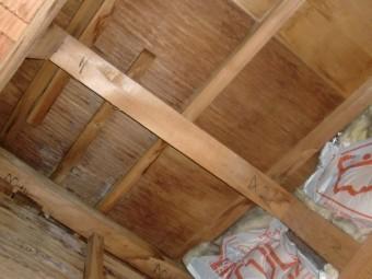 岸和田市春木旭町の押入れ天井の雨漏り跡