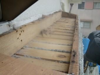 岸和田市の劣化の進んだ庇の復旧工事 1日目