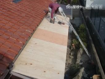 岸和田市西之内町の屋根葺き替えで合板で下地設置