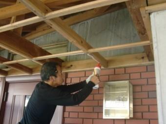 岸和田市土生町の玄関庇の天井板張替えの様子