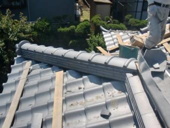 岸和田市土生町の下屋の隅棟に瓦葺き完了