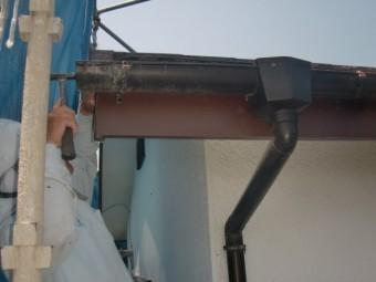 岸和田市摩湯町で屋根の破風板に板金を巻いています