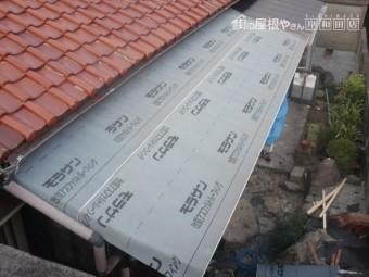 岸和田市西之内町の屋根のゴムアスルーフィング貼り