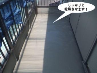 岸和田市のベランダの下地をしっかりと乾燥させます