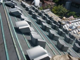 岸和田市土生町の上屋根に瓦搬入