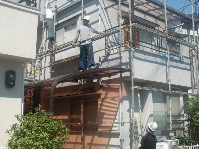 岸和田市極楽寺町での足場の設営