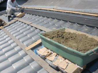 岸和田市土生町の下屋の立ち上がりにのし瓦を葺きます
